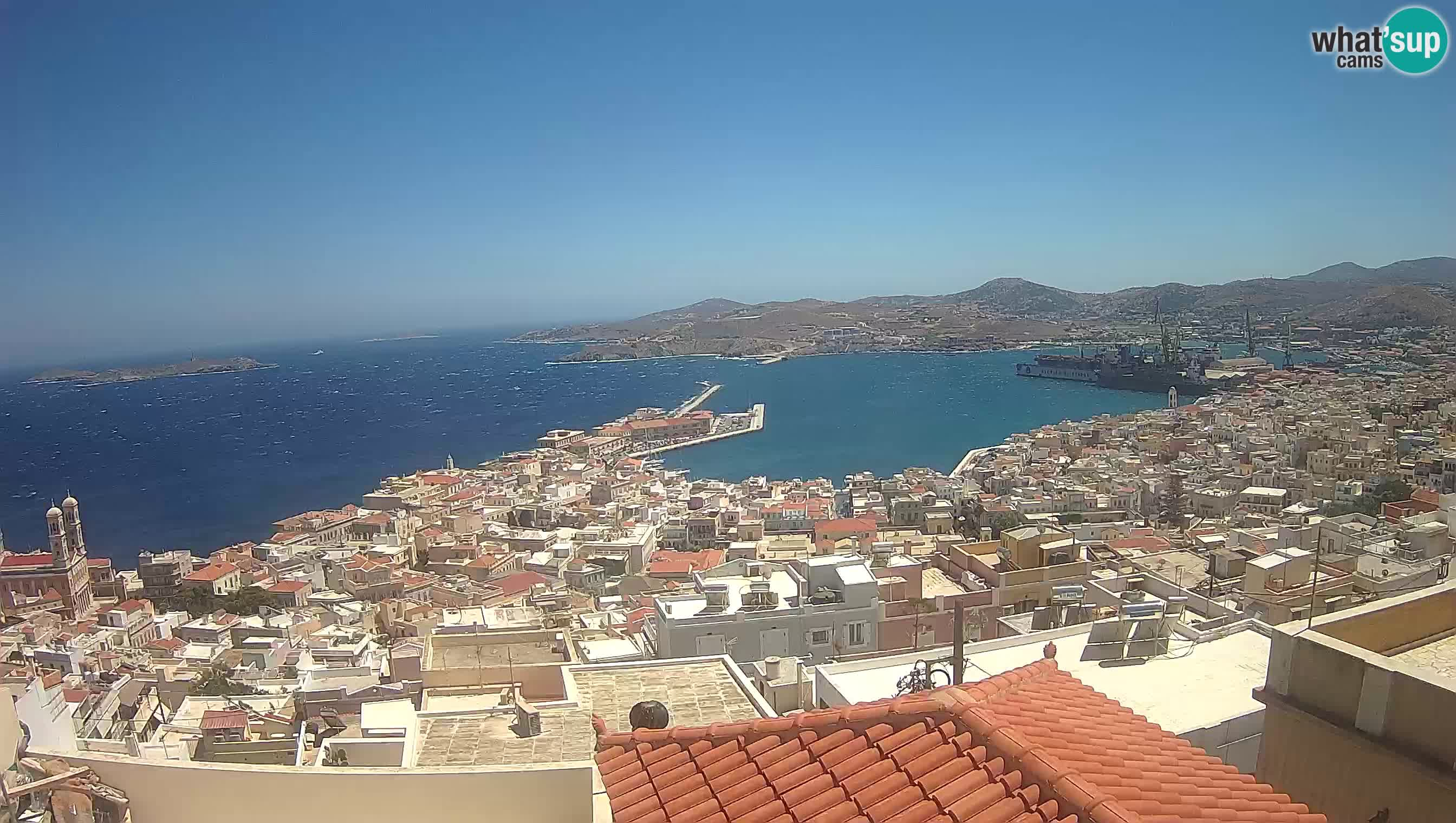 Vista panoramica su Hermouplis e il porto di Syros