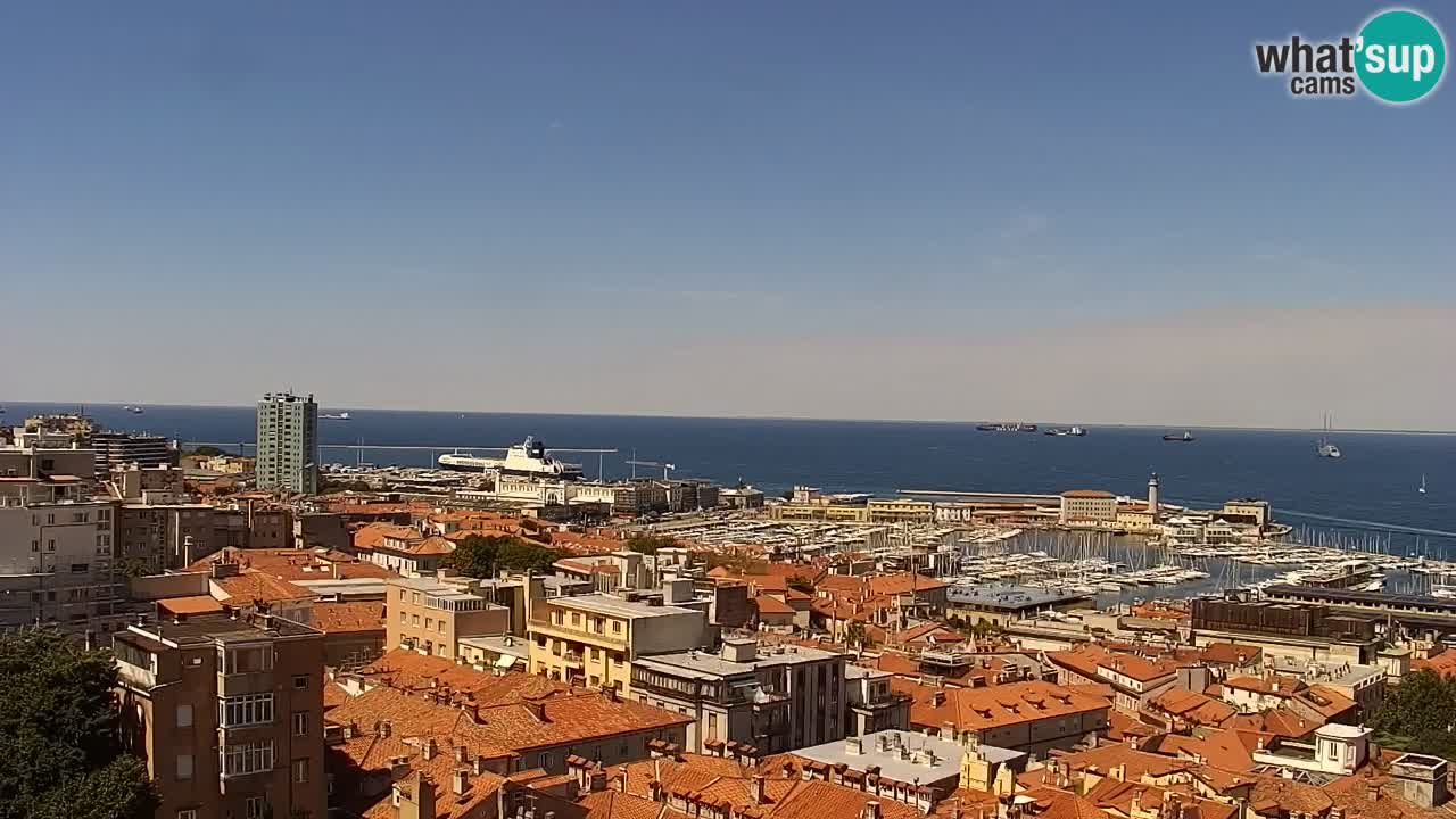 Spletna kamera v živo Trst – Panorama mesta, zaliva, pomorske postaje in gradu Miramar